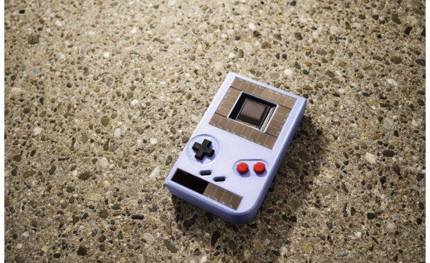 Batterijloze Game Boy op zonne-energie en veerkracht